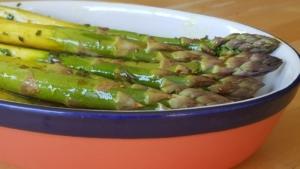 Grüner Spargel mariniert für den Grill